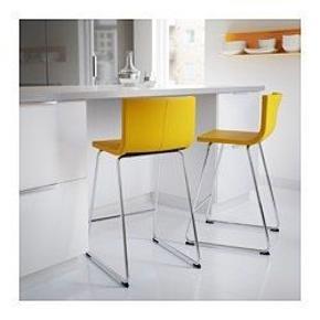 1 stk's gul BERNHARD barstol fra ikea. Nypris 799.   Her er en stol, som hele familien vil elske. Forældrene er vilde med stolens udtryk og komfort, og de yngste familiemedlemmer sætter pris på stabiliteten – og læderet er nemt at tørre af, så det gør ikke noget, at du spilder  50 % rabat:   400 kr her og nu- afhentes selv eller kan leveres til hovedstadsområdet / Nordsjælland.   Nypris 799.   Produktinformation:   Du sidder komfortabelt takket være den afslappende affjedring i sædet. Sæde og ryg er polstret og gi'r kroppen komfortabel støtte. Let og nemt at flytte rundt, men stabilt nok til de mest aktive små familiemedlemmer. Sædet er betrukket med slidstærkt narvlæder hele vejen rundt, så det er nemt at gøre rent. Ideelt valg til børnefamilier. Narvlæder er blødt at røre ved. Det bliver smukkere, fordi farven bliver dybere, og overfladen får et flottere udseende med årene. Stolen har et tidløst udtryk og kan holde til at blive brugt i mange år. Passer til en barhøjde på 90 cm. Bartaburetten er testet til brug i private hjem og opfylder de krav, der stilles til holdbarhed og stabilitet, i følgende standarder: EN 12520 og EN 1022. Designer Ola Wihlborg   Kvittering haves og kan fremvises.
