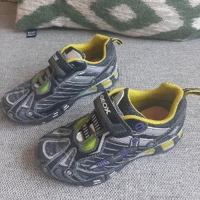 Næsten som nye fede geox sko med blink under skoen når du går.  Kig endelig forbi mine andre annoncer..  Kan hentes på Amager eller sendes mod betaling