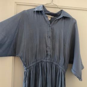 Kjole fra H&M i en flot blå farve. 58% polyester 42% viskose. Som billederne viser har den tegn på slid. Derfor prisen