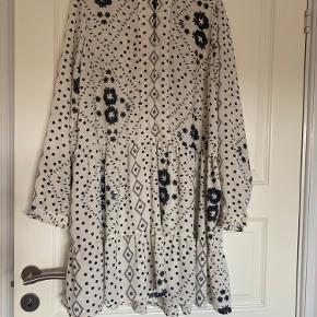 Kjole fra Vero Moda i str. XL.  Fin til både bukser og strømpebukser.  Brugt få gange og fejler intet.