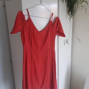Rigtig fin koralfarvet kjole fra Storm og Marie. Farven er mest som på close up  billederne - dvs koral ikke rød.  Passer S / M. Brugt 2 gange :)