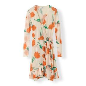 Sælger denne smukke kjole fra Ganni i en størrelse 38. Kjolen er kun prøvet på.  📍Kan hentes centralt i Roskilde 📍Kan sendes med DAO på købers regning 📍Bytter ikke 📍Har ikke mulighed for at sende billeder med den på