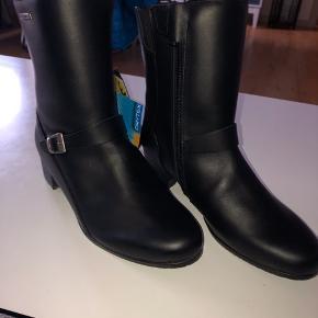 Forma Performins boots. Lækre motorcykler i læder, med skinnebens beskytter. Er str 38, men passer ikke, så passer nok bedre til en str 37. Aldrig brugt.