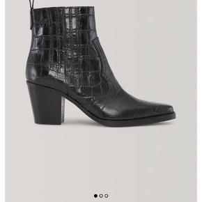 Super fede støvler fra Ganni. Helt sorte. Brugt 2 gange. Fejler intet. Er stadig i butikkerne og online på Ganni. Nypris 2999,-