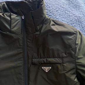 Prada jakke - hætte medfølger 😊 Også god til det kolde vejr.  Brugt meget få gange.   Købspris cirka 9500kr  Bud fra 5000 :)  Bytter ikke  Italiensk str. 48