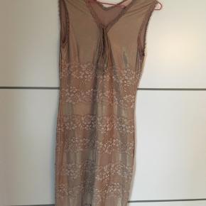 Sød kjole fra Buch Copenhagen med masser af strech og fine blondedetaljer 💕