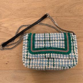Helt ny Beck Søndergaard taske. Remmen på tasken er dobbelt på billedet, men kan gøres længere.  Længde: 27cm.  Højde: 18cm.