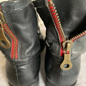 Kanon flotte korte støvle i det blødeste skind... Men rød lynlås bagtil...  Har selv købt dem herinde men desværre er de for små..😪  Kun derfor prøver jeg at sælge dem videre....