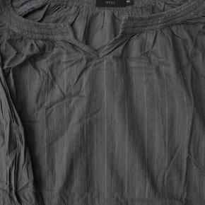 Brystmål ca. 2x60 Længde fra skulderen og ned ca. 66  100% bomuld  Jeg tager desværre ikke billeder med tøjet på.