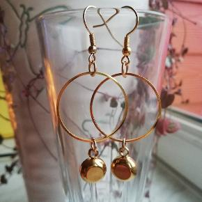 Sødeste øreringe i eget design med smukke turkis vedhæng 🌈🌈🌸🌸 Se også mine andre søde smykker her på TS 🧡🧡 Leveres i cellofanpose og med gummidutter bagpå, så de sidder godt fast. Porto som brev er kr. 10,-
