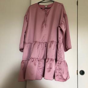 Så fin kjole som aldrig har været i brug. Den er stor i størrelsen. Købt på tilbud til 200. 💕