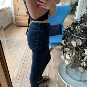 Akne jeans str. W27 L32 (er små i størrelsen, jeg bruger normalt 26)