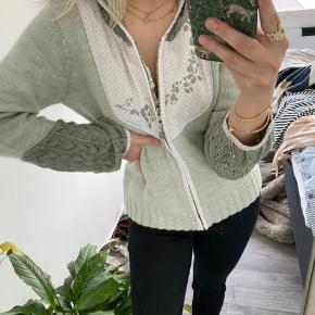 Anderledes strik hoodie med sødt sommer design 🌟