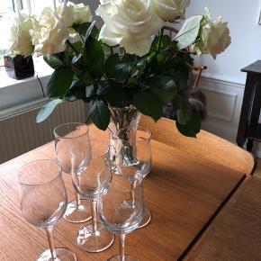 5 smukke vinglas, til dig der godt kan lige at pynte et pænt bord:) Nypris 140kr pr. stk.