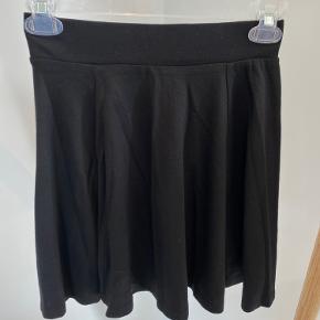 Super sød nederdel fra H&M i sort med den fineste pasform. Den falder så flot, når den kommer på.   Str. 34