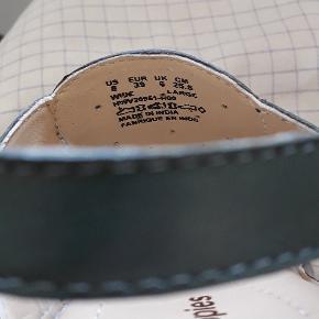 100 % læder model: Ali Grace Kartonen siger Denim. men jeg syntes at farven er Grå/Grøn Udvendig Længde: Længde 26 Cm Forfod bredde: 9 Cm