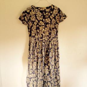 Vintage kjole i grå og lysegul. Sidder løst og er lang.