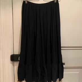 Super fin nederdel i flot stand.  Bytter ikke. Det er en 40IT som svarer til en dansk 36.  Den er i mix af silke og kunststof