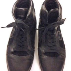 Sneakers, high tops fra GUCCI, str. 42, Sort, Skind, ruskind, Næsten som ny Gucci High Top Sneakers, Sort, Monogram i læder og ruskind. Str 42 - Har været på en enkelt gang og er i nær åerfekt stand - man kan se lidt smuds i sålen.  Sort monogram på siden og der står gucci på flappen.  EØGFRIT MULJØ  100% Authentiske Gucci sort læder trainer / sneaker i nær perfekt stand.   De er købt i Gucci butikken i Hamburg for 3350kr for omkring 4 år siden efterår 2014 mener jeg, men da de aldrig har passet har de bare siddet i skabet.  Passer en normal str 42-42½  Jeg har ikke kvitteringen, men Reference nummer er 7728-8 så slå det gerne op. Kom og se den.   NYPRIS: 3450kr  Basketballstøvler stil   #30dayssellout
