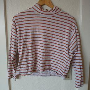Basic bluse fra Monki. Bærer præg af at være brugt men ellers super fin🌻