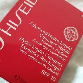 """Hely ny og ubrugt / utestet.  Selvom det er refill er den i lukket æske og kan bruges som den er.  ♥️ Shiseido Advanced Hydro-Liquid Compact Refill SPF10 - I20 Natural Light Ivory, er en cremet og kompakt lysebrun foundatioin fyldt med fugtbobler.  Denne creme foundation er perfekt til dig med en tør hud, hvor almindelig pudder eller foundation altid sætter sig i """"kager"""", på din tørre hud.  Advanced Hydro-Liquid Compact giver derimod en fugtet hud, med en flot og fejlfri finish. Den har en medium dækkeevne, der giver en ensartet og smuk hudtone.  Den indeholder Glycerin, Super Hydro-Wrap Vitalizing og Bio-Hyaluronsyre der fugter huden. Radiant Reflect Powder forhindre en træt, trist og kedelig hudtone, og efterlader dig med en sund og strålende glød.   OBS: Dette er en rifell og skal bruges sammen med etuiet Case For Advanced Hydro-Liquid Compact, som købes separat.  Fordele:  Creme kompakt foundation  Velegnet til tør hud  Bio-Hyaluronsyre giver fugt  Satin finish  Holder hele dagen  Medium dækkeevne  Anvendelse:  Påfør pudderet på ansigt og hals  Brug opadgående strøg  Påføres med den medfølgende svamp, den skal anvendes tør"""