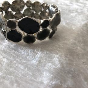 Nyt fedt armbånd med halv ædelsten slebet blanke sten med elastik  Farve er i de mørke farve sort/grøn/brun  Nyt og ubrugt