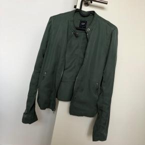 Fed armygrøn jakke fra GAP, i et lækkert tyndt stof. Str. S og helt normal i størrelsen ✨