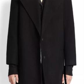 Smuk sort uld coat fra Helmut Lang med læder på kraven. Jakken fremstår som ny, dog uden tags. Jakken er i størrelse XS men kan sagtens bruges af en størrelse S. Prisen er fast. Nypris er 10800 kr.