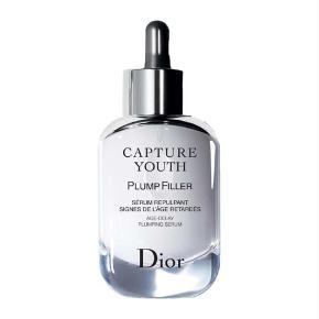 Varetype: Dior Capture Youth Serum Størrelse: 30 Ml. Farve: - Oprindelig købspris: 750 kr. Prisen angivet er inklusiv forsendelse.  Hyaluronsyremolekylerne i dette serum, der er udvundet af naturligt fermenteret hvede, har forskellig molekylvægt, så de både rehydrerer huden på overfladen og genoprette hudens fylde. Dette serum er beriget med irisekstrakt, der booster hudens antioxidanter , og indeholder 87 % naturlige ingredienser. Det har en frisk og nærende konsistens, som efterlader huden med en glat og fyldig følelse.  Butikspris: 750 kr.  Min pris: 450 kr.- inkl. porto (som brev) Original indpakning og æske  SE ALLE MINE ANDRE SPÆNDENDE ANNONCER!
