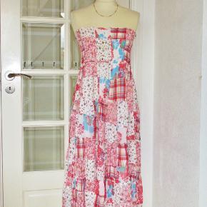 """Mrk.: """"JSFN""""  Ellos 100 % NY:  Sød kjole i """"patchwork""""-stof. Kjolen har elastik-liv, bred flæse forneden og er med hvidt foer i nederdelen. Størrelse: 42/44 Materialet er 100 % cotton. Farve: bl.a. rød, lyserød og hvid  Brystvidde: 46-64 cm x 2 Livvidde: 46-64 cm x 2 Længde: 103 cm  Ingen byt, og prisen er fast"""