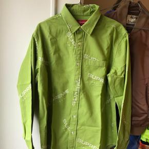 Supreme skjorte fra AW 17 Bor i Odense C men vil gerne sende hvis det er nødvendigt.   Se gerne mine andre annoncer for gode deals og massere af steals!