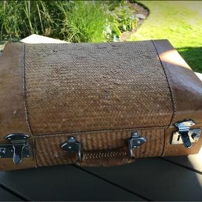 Fed kuffert i flet og læder. Har været brugt til malergrej, bærer præg deraf. Til opbevaring eller dekoration, 2 nøgler medfølger. 40/25/15 cm