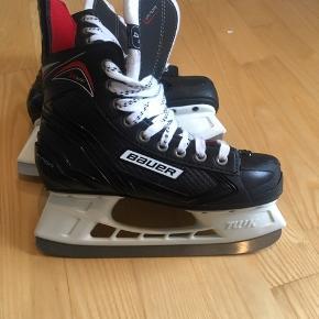 Næsten nye ishockey skøjter str. 37,5. Kun brugt omkring 3 gange og med rustfrie klinger.