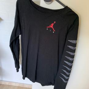 To bluser sælges samlet