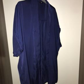 Blå blazer i silke lignende stof
