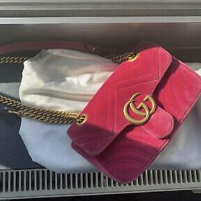 Gucci Marmont i pink velour. Brugt 2 gange. Stort set som ny💘 Dustbag følger med.  Højde 20cm x bredde 28cm  BYTTER IKKE