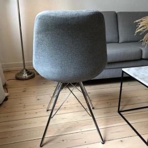 2 STK fine lysegrå stole sælges ( ukendt mærke )   Pris: 400 kr for den ene stol  250 kr for den anden stol  Den til 300 kr kan den ene skrue under stolen, ses på det sidste billede   De skal afhentes på min adresse i Ordrup ( Gentofte