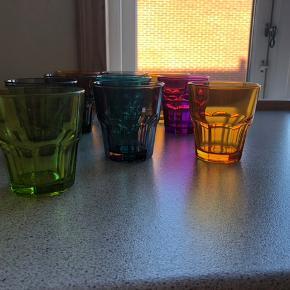 13 - Forskelligt farvet drikkeglas