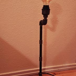 Rør lampe   1 STK 599,- 2 stk 999,-  Ca 170 cm sort stof ledning.  Længde H = 70 cm. (Uden pære)  Forsendelse er inkluderet i prisen. (Pakkeshop til pakkeshop)