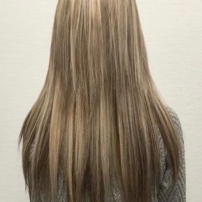 Ægte hår extentions i lys og brun, som mikses til et ægte look. De er med tape.  De er brugt 1 gang i få måneder og måler 45 cm og vejer 75g. De er ikke slidte.   Der medfølger nyt tape og væske til at fjerne gamle taperester, da der stadig er noget på få af dem. Væsken bruges også til at tage extentions ud med igen.