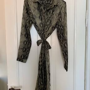 Skøn kjole med bindebånd fra Neo Noir