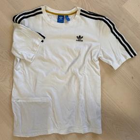 Rigtig fed t-shirt i polo-materiale. Skjult lomme i t-shirt'en og nylonstriber på ærmerne.