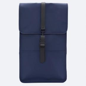 Mørkeblå Rains rygsæk. Brug 2-3 gange og fejler intet.
