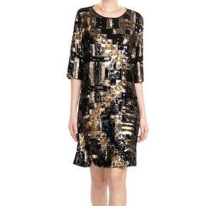 """Varetype: Kjole Farve: Sort Oprindelig købspris: 3299 kr.  Flot kort Pallietkjole fra DAY """"Day Pehla"""" -den har sort stof på ryggen og med en nøglehuls-lukning med knap i nakken. Front og ærmer mønstret -lavet af pailletter. Kjolen er lige skåret -men to små slidser på forsiden af kjolen og på siden af begge ærmer.  Er en størrelse 38. 90 cm lang fra nakke og ned -og måler 95 cm om brystet. Kjolen har været brugt en aften og fremstår som ny;)  Kommer fra røg og dyre frit hjem."""