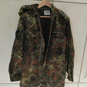 Brand: Tysk militær Varetype: Militær jakke Farve: Camoflage Oprindelig købspris: 400 kr.  Flot halvlang militær jakke som er perfekt til forår/efterår, i det at en hoodie snildt kan være under.