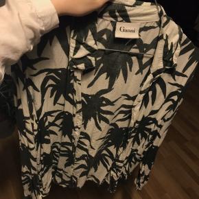 Sælger denne utroligt flotte skjorte fra Ganni med mønster af nogle slags palmeblade. Den er lidt brugt, men har ingen tegn på brug eller skader. Sælger da jeg er i pengenød. Kom med et bud 😛