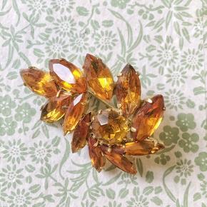 Smuk gylden-orange broche med store slebne glasperler. B 5cm.  Se også mine mange andre sager. Jeg giver gerne mængderabat.  . #trendsalesfund
