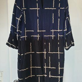 Kjole fra InWear som er meget behagelig at have på. Kun brugt 2 gange.  Kom med et bud 😊  Køber betaler fragt med Dao eller kan evt afhentes på Østerbro i dagtimerne.