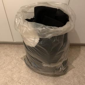 En sæk tøj som næsten ikke er brugt 😊 sælges samlet - indeholder alt fra jeans, jakker, kjoler, toppe, nederdele, bluser mm. alt i str. small eller xsmall. Mærker som ZARA, Object, Vila, Sparkz, Pieces, Y.A.S.