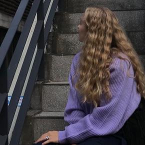 Virkelig fin sweater fra det koreanske mærke 8 Seconds (ikke Zara) købt i Seoul. En meget lille plet ved halsen og lidt fnuller hist og her, men ellers så god som ny!!